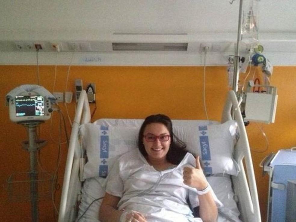 Luiza internada no hospital da Espanha, em dezembro de 2012, quando teve o AVC — Foto: Arquivo Pessoal