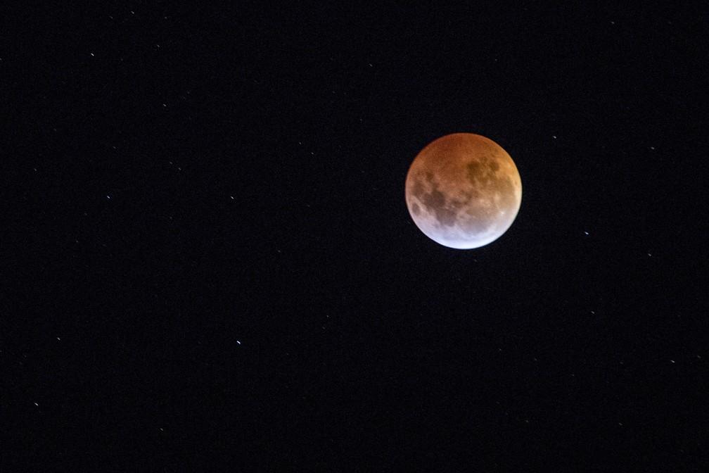 Eclipse visto de Medellín, Colômbia — Foto: Joaquin Sarmiento (AFP)