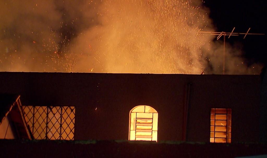 Hotel abandonado pega fogo no Centro de Curitiba