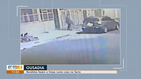 Casa é arrombada e tem objetos levados durante ação de criminosos, na Serra