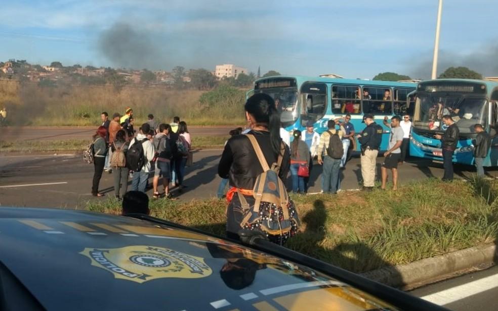 Manifestantes protestam por melhorias no transporte coletivo de Águas Lindas de Goiás (Foto: Divulgação/PRF)