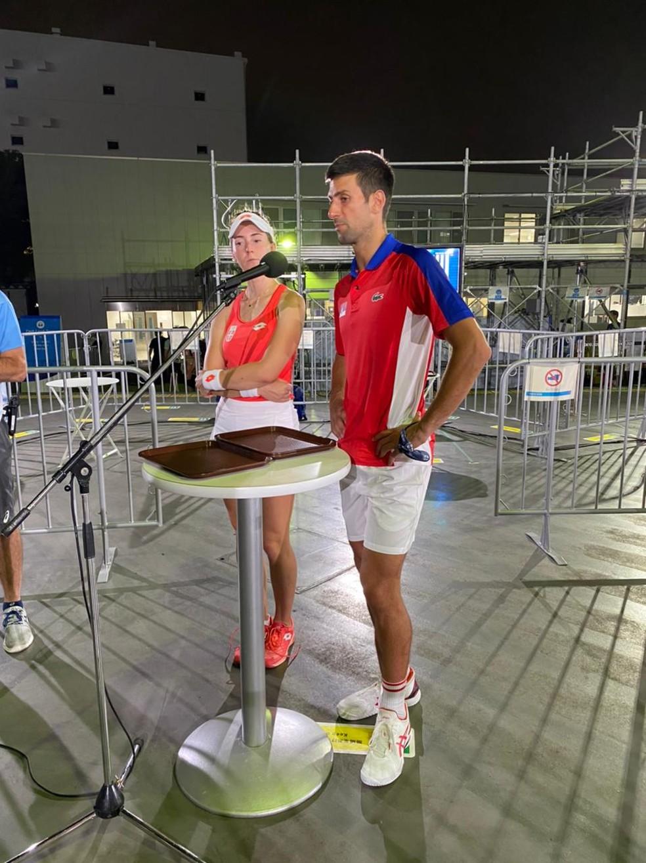 Novak Djokovic e Nina Stojanovic durante entrevista após vitória sobre Melo e Stefani — Foto: João Gabriel Rodrigues