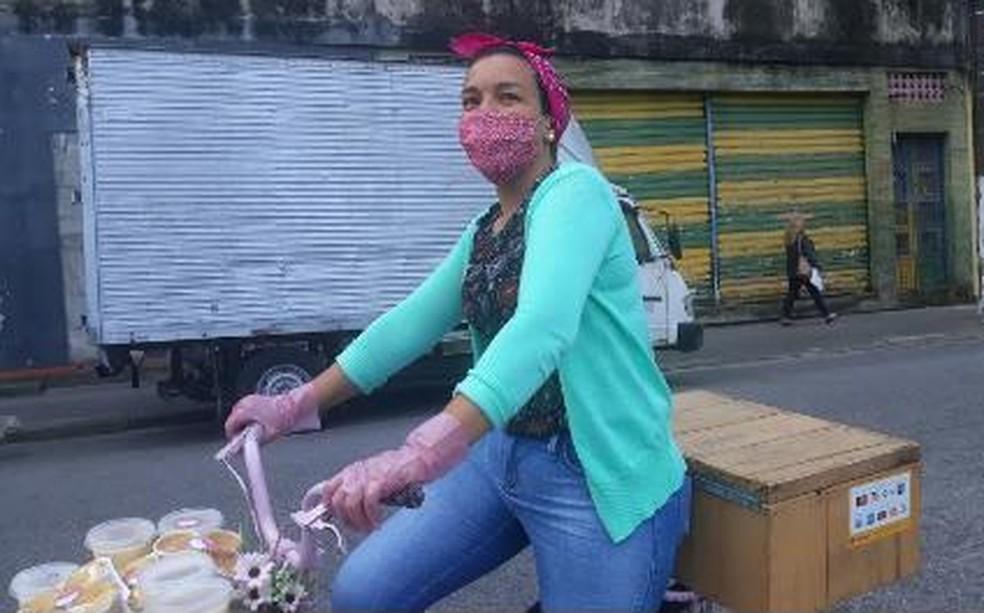 Fernanda usa bicicleta para vender doces em diferentes pontos de Santos, SP — Foto: Arquivo Pessoal