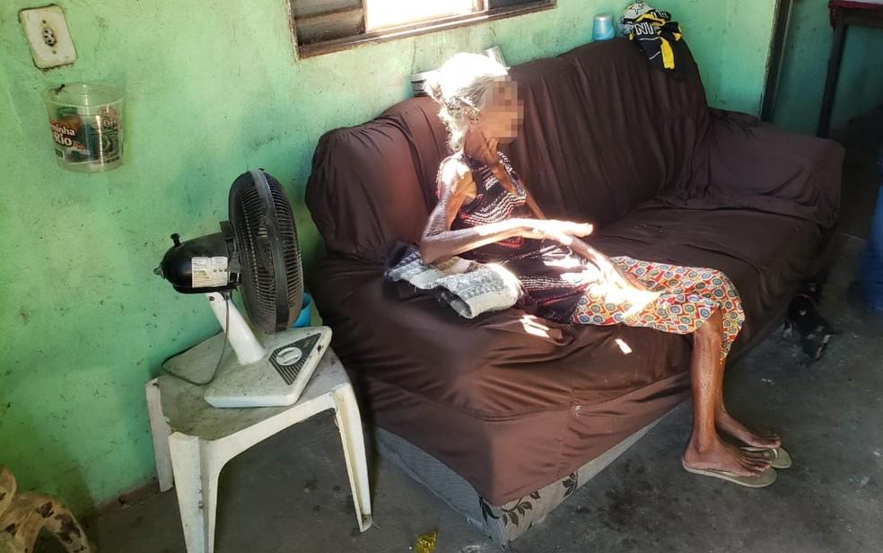 Idosa é encontrada desnutrida dentro de casa em Palmeiras de Goiás — Foto: Arquivo pessoal