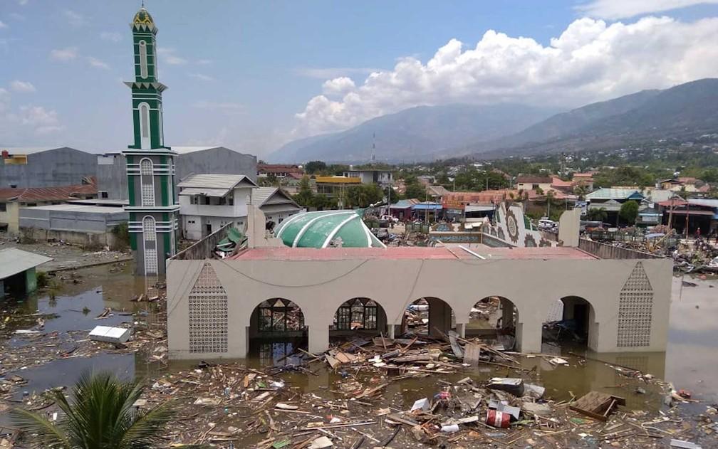 Terremoto e tsunami deixaram mesquita em Palu em ruínas — Foto: Rifki/ AP