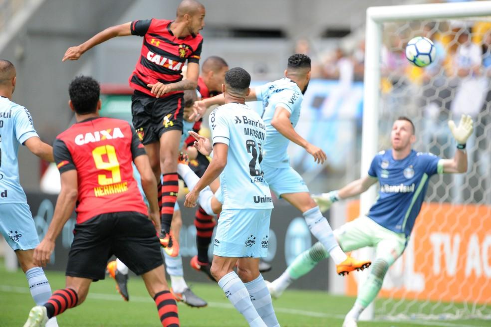 Grêmio sofreu três gols de bola aérea contra o Sport — Foto: Wesley Santos / Agência PressDigital