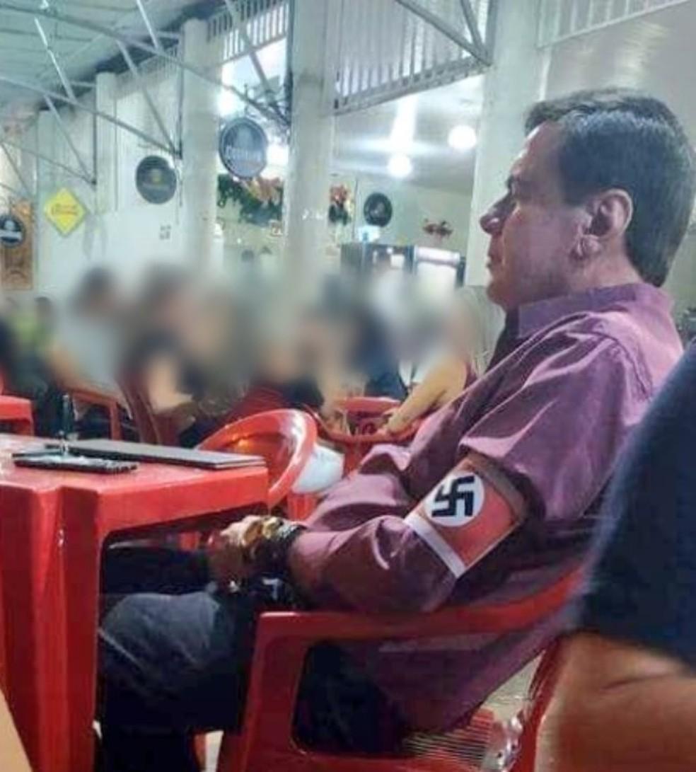 Polícia foi chamada após homem sentar em bar usando suástica — Foto: Reprodução / Redes Sociais