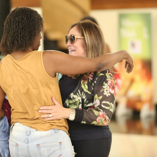Susana Vieira vai à salão em shopping do Rio e posa com fãs (Foto: AgNews/Thiago Martins)