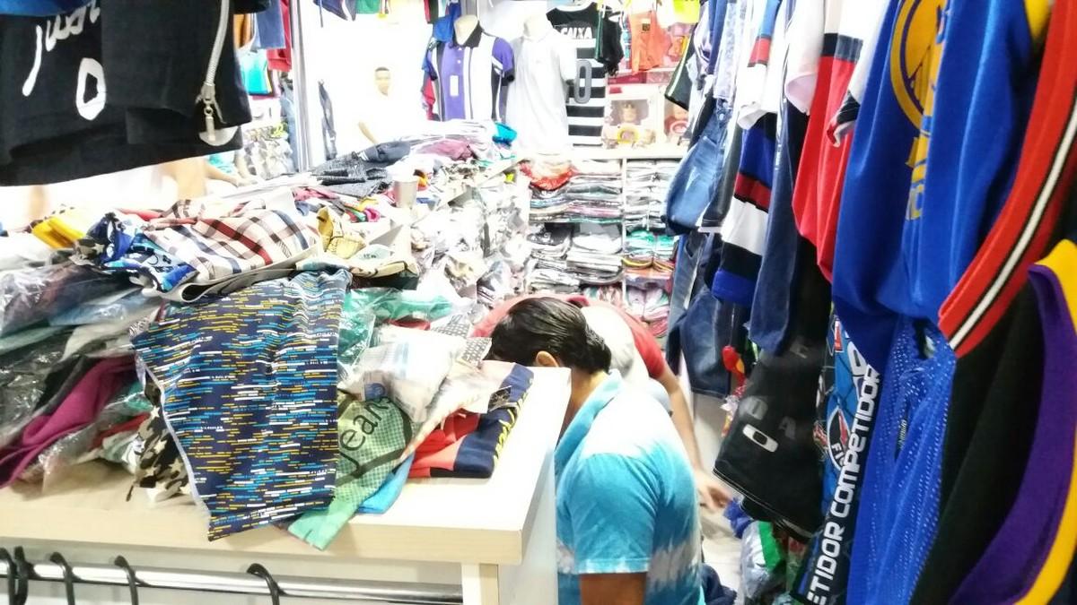Fiscalização apreende 250 produtos falsificados em shopping popular de Cuiabá