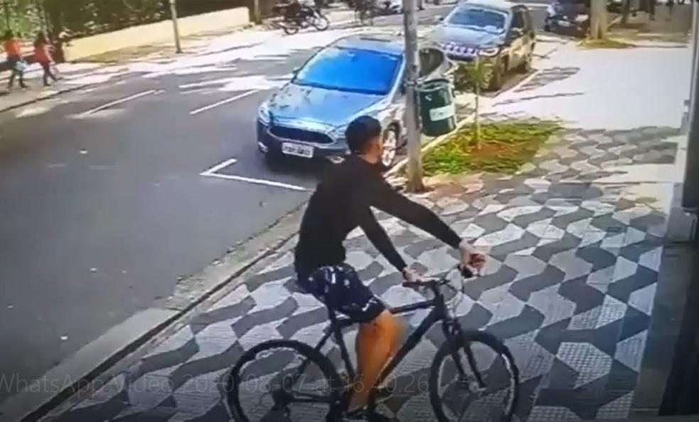 Segundo moradores, câmera gravou rapaz em bicicleta que ataca duas mulheres na Avenida Higienópolis, na manhã do dia 21 de julho — Foto: Reprodução/Redes sociais