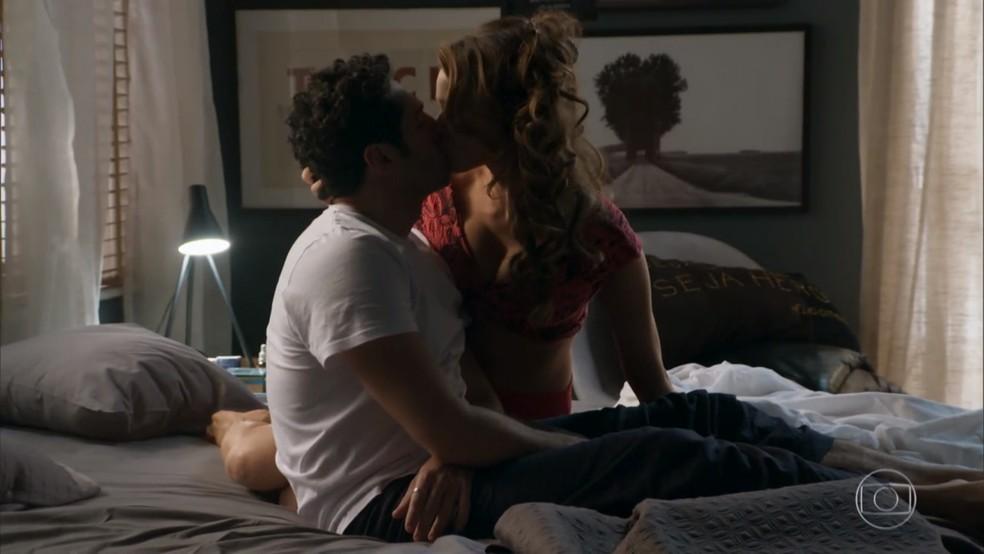 Beto (João Baldasserini) beija Tancinha (Mariana Ximenes) em sonho - 'Haja Coração' — Foto: Globo