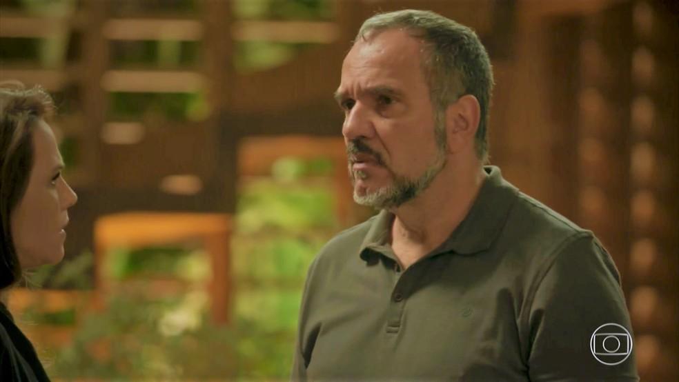 Germano (Humberto Martins) desconfia das atitudes da filha — Foto: TV Globo