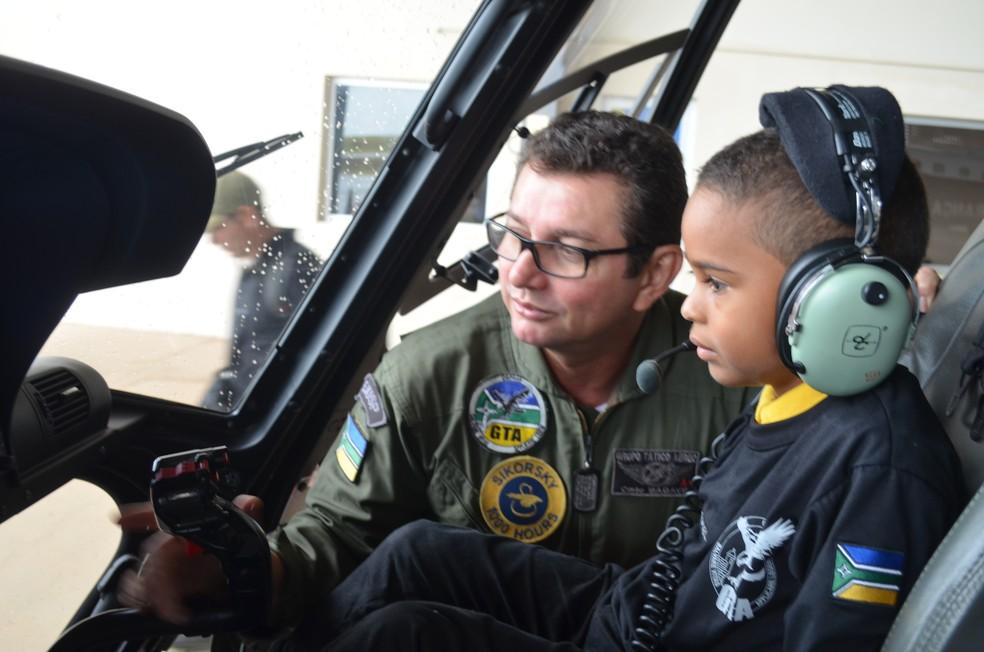 Rafael quer ser piloto do helicóptero do GTA que realiza resgates no Amapá (Foto: Jorge Abreu/G1)
