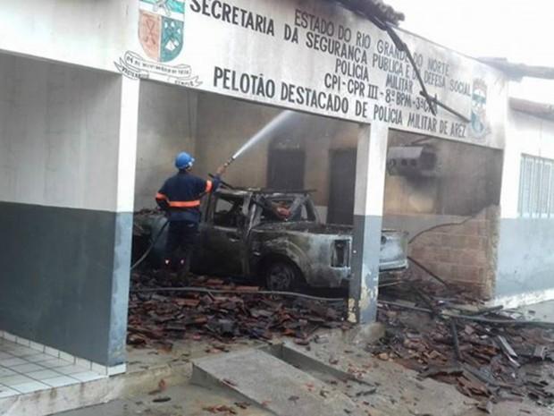 Criminosos atearam fogo na delegacia de Arez (Foto: Divulgação/PM)