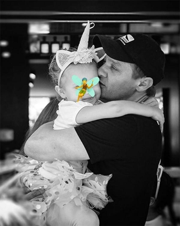 Jeremy Renner e a filha, Ava (Foto: Instagram)