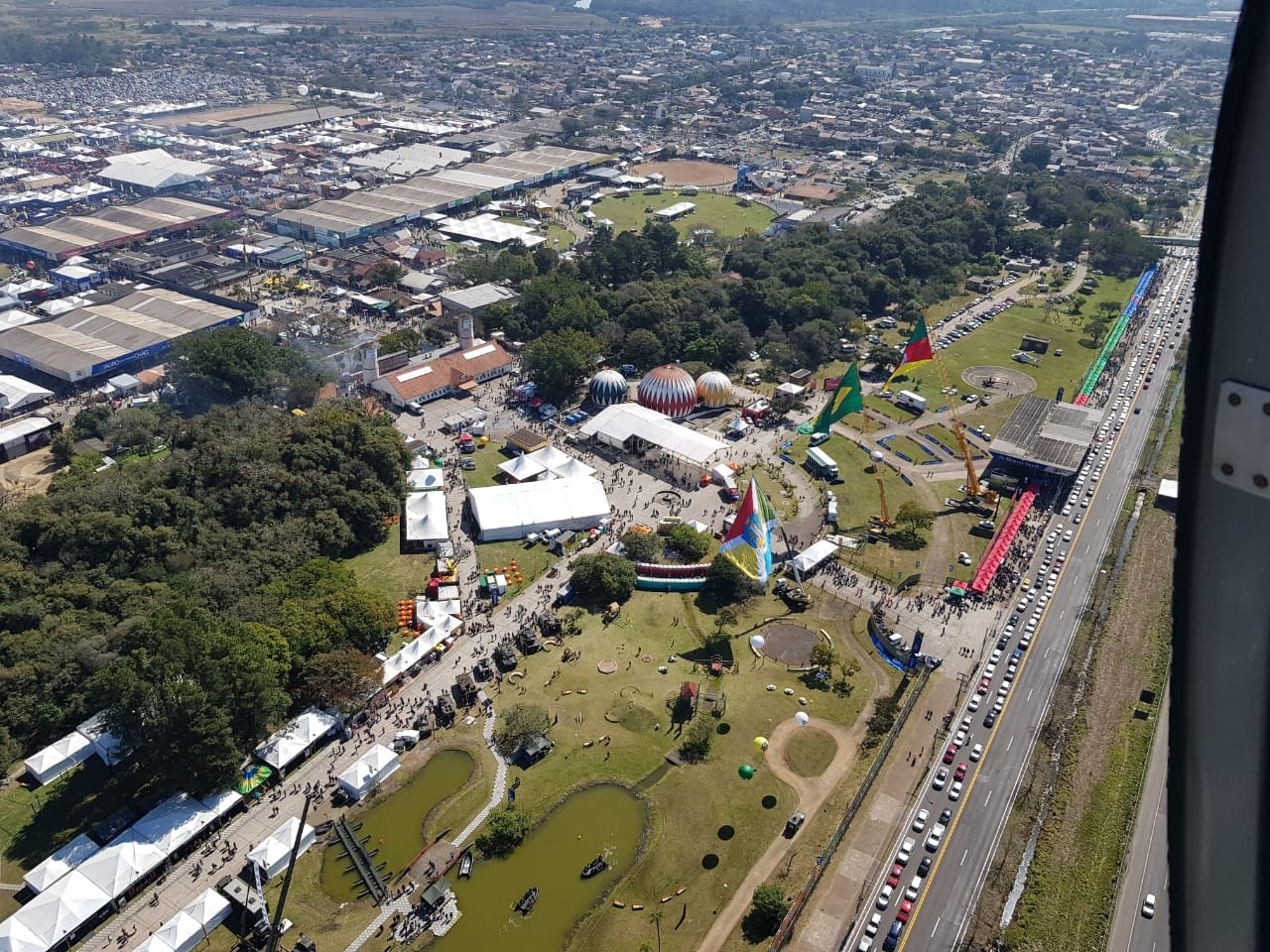 Trânsito é intenso em direção ao parque onde acontece a Expointer, em Esteio - Notícias - Plantão Diário