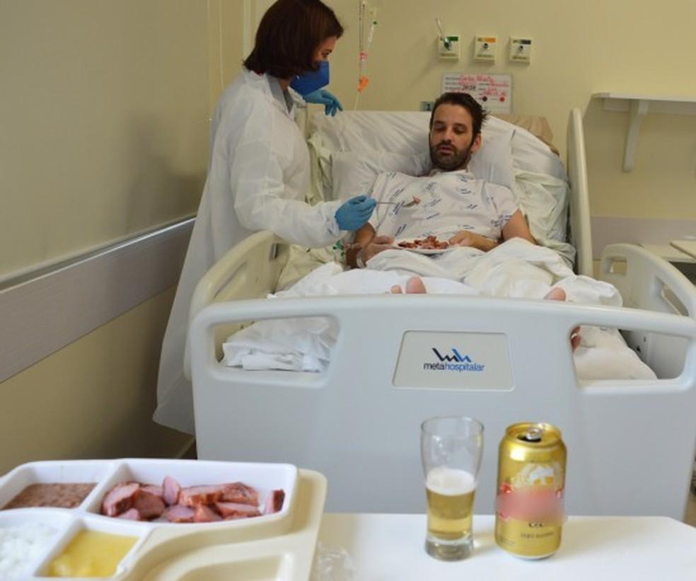 Paciente tomou cerveja e comeu linguiça durante internação— Foto: Gabriel Silva/Hospital Santa Isabel