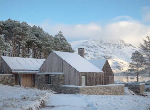 Simplicidade de casa de madeira está entre as melhores do ano do prêmio RIBA House of the Year (Foto:  Richard Fraser/ Deezen/ Reprodução)
