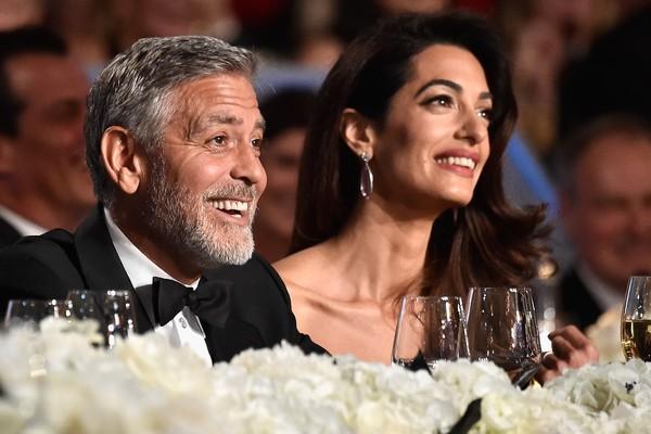 Amal Clooney e George Clooney no evento no qual o astro foi homenageado  (Foto: Getty Images)