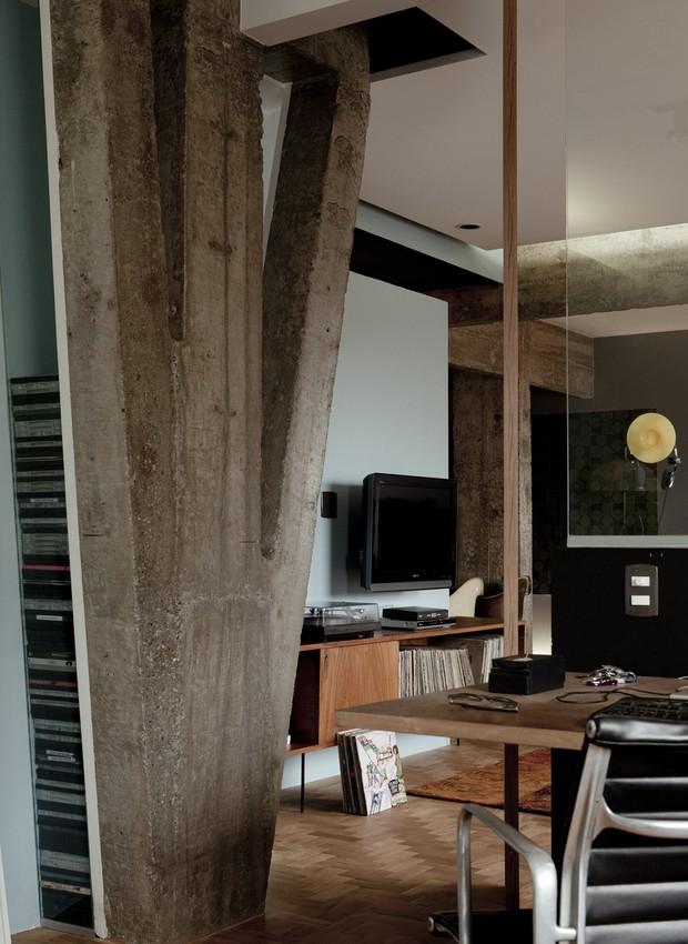 Ao lado, o vão entre a parede e a coluna foi transformado em estante de DVD pelo designer. Do outro lado, móvel para discos dos anos 1950, da Forma, comprado em brechó. (Foto: Edu Castello / Editora Globo)