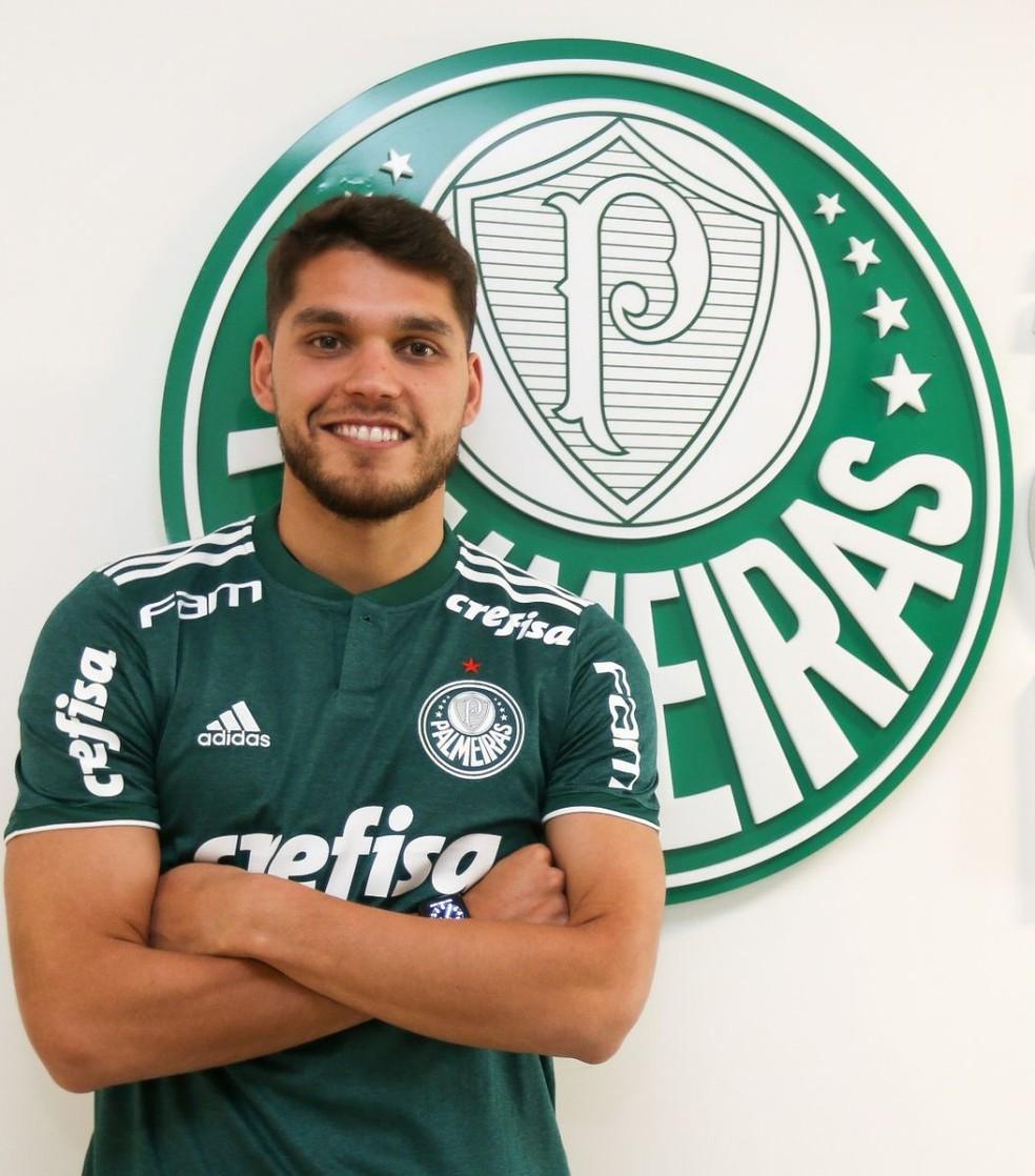Zagueiro Nicolás Freire posa com a camisa do Palmeiras (Foto: Fabio Menotti/Ag. Palmeiras/Divulgação)