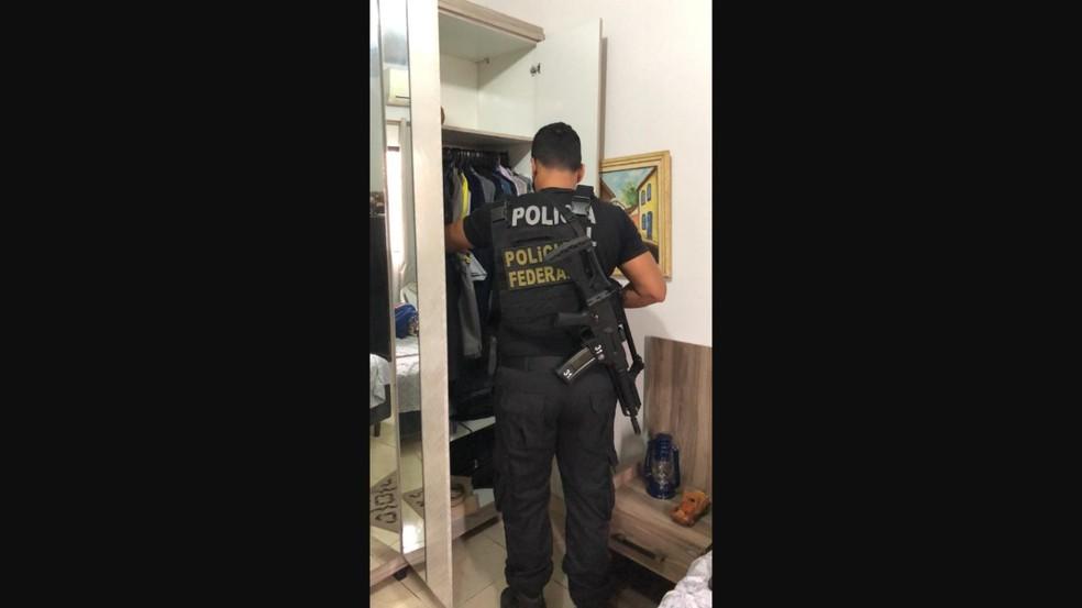 Agente cumpre mandado de busca na casa de servidor aposentado em RO — Foto: PF/Divulgação
