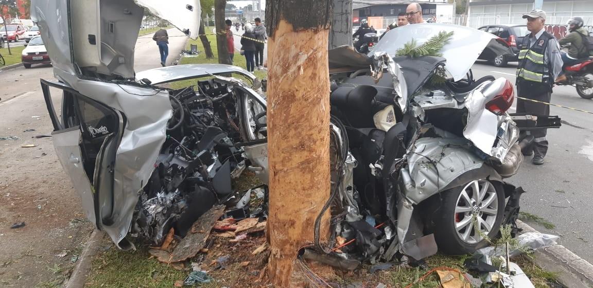 Jovem de 22 anos morre após bater carro em árvore e poste em Curitiba