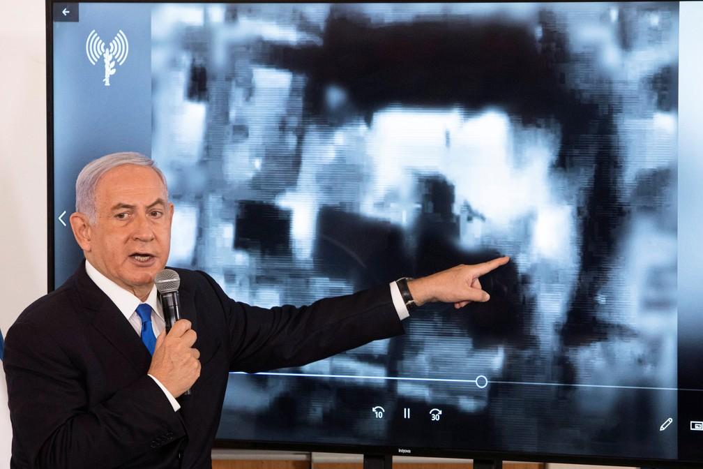 Benjamin Netanyahu faz apresentação para embaixadores em base militar em Israel, nesta quarta (19) — Foto: Reuters/Sebastian Scheiner