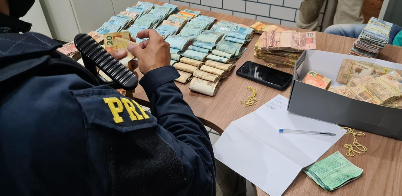 Mais de R$ 128 mil escondidos em fundo falso de veículo são apreendidos pela PRF na Paraíba