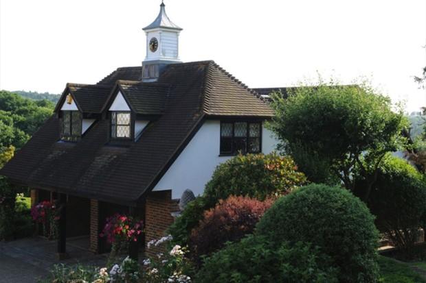 Rod Stewart abre mão de quase R$ 15 milhões para vender mansão