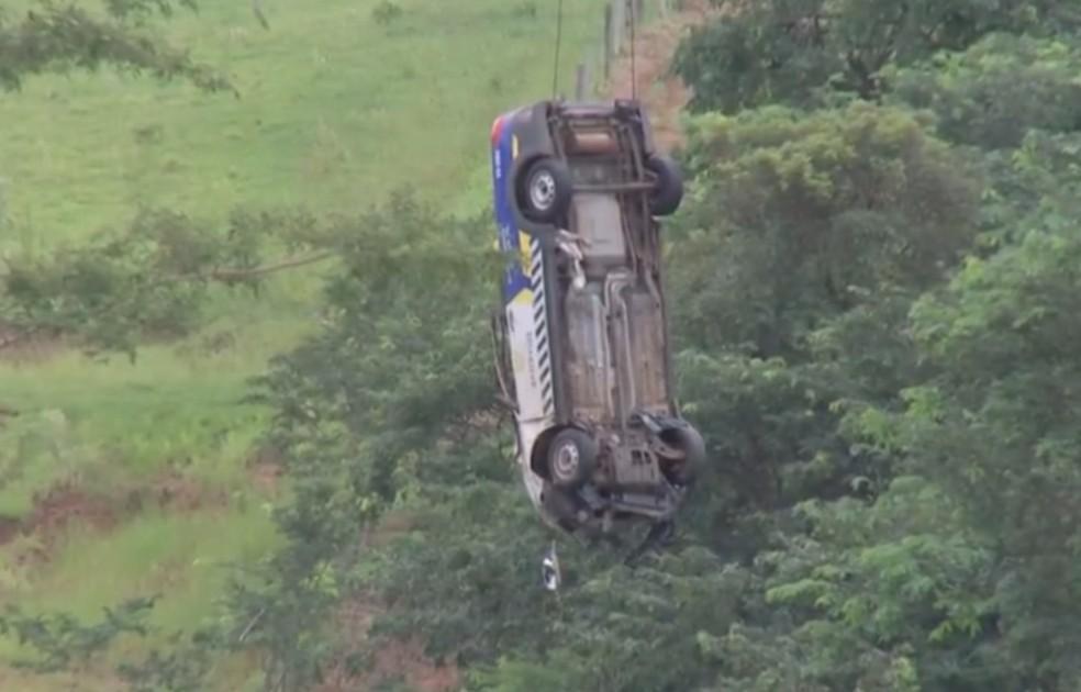Guindaste retira carro que caiu em cratera aberta na rodovia durante tempestade em Marília — Foto: TV TEM/Reprodução