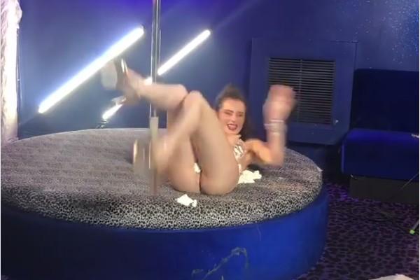A atriz Bella Thorne em ensaio no qual posa nua, com o corpo coberto por espuma (Foto: Instagram)