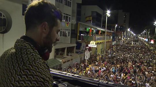 DJ Alok sobe no trio elétrico e comanda o carnaval de Salvador