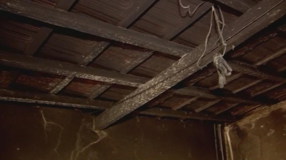 Chamas também atingiram parte da casa da vítima (Foto: Reprodução/TV TEM)