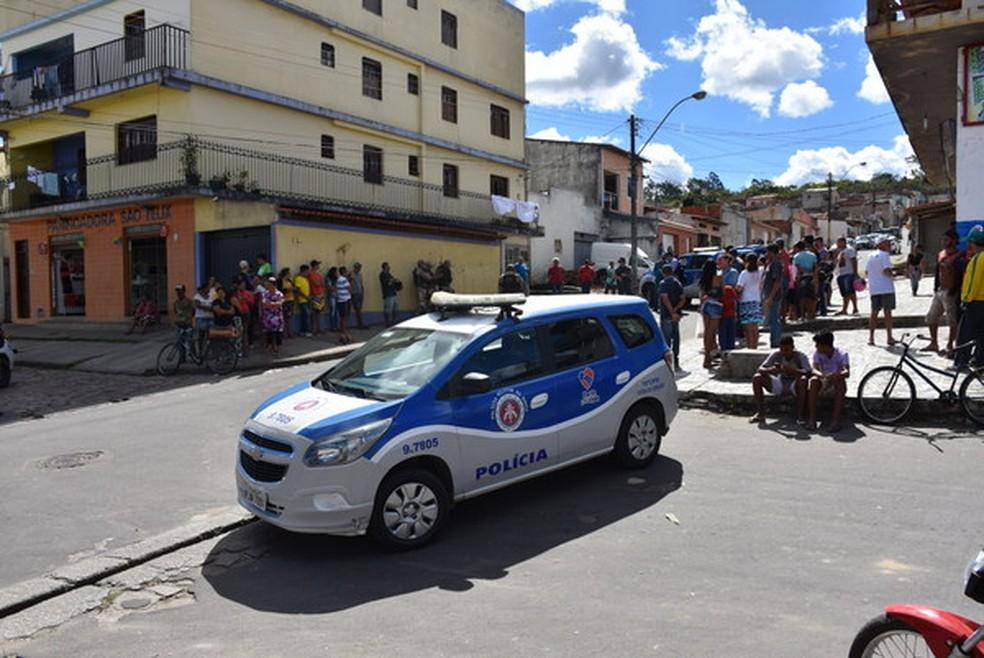 Dois adolescentes são mortos a tiros e outros dois baleadas em frente a colégio em Vitória da Conquista (Foto: Anderson Oliveira/Blog do Anderson)