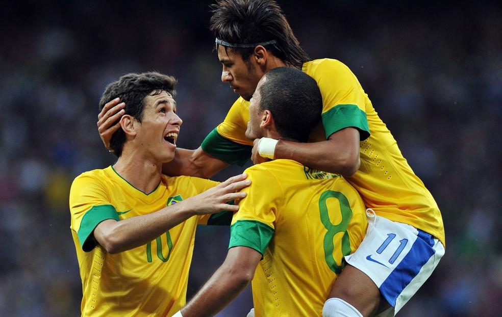 Com a camisa 8, Rômulo comemora gol do Brasil na Olimpíada de 2012 — Foto: Agência AFP