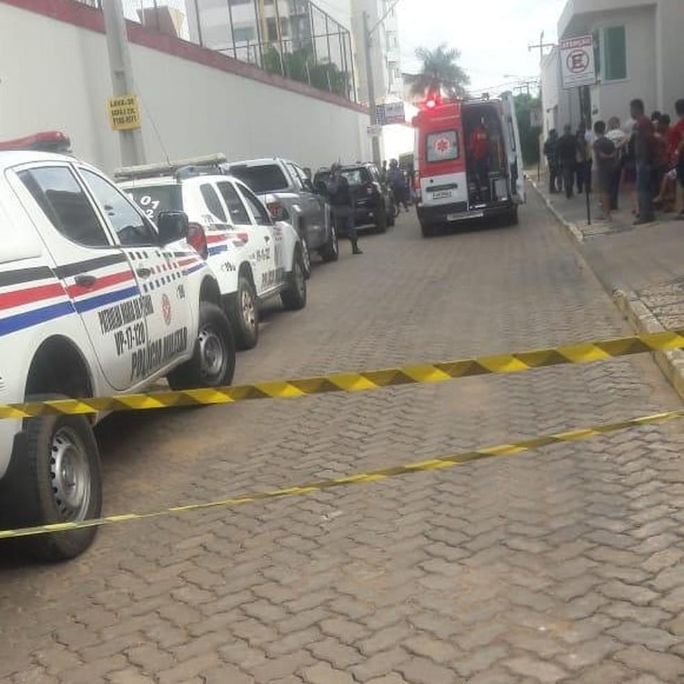 Local do assassinato foi isolado e várias viaturas foram encaminhadas após o assassinato do sargento Marinho — Foto: Asmoimp