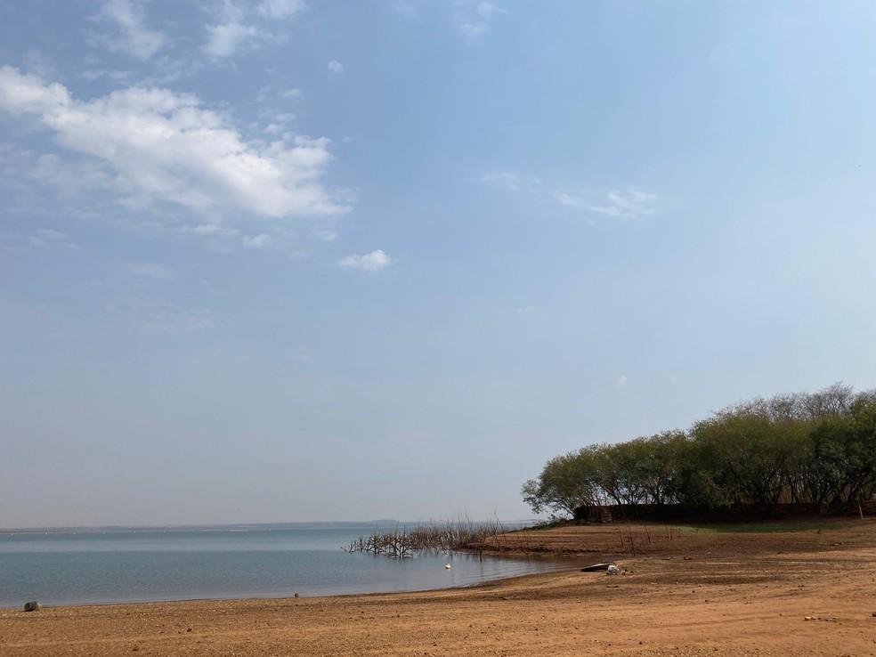 Estiagem provocou queda no nível do rio em Ilha Solteira (SP) — Foto: Jewison Cabral/TV TEM