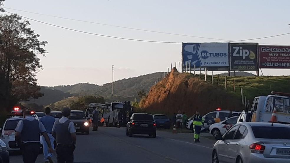Suspeitos fugiam da polícia, quando bateram em caminhão na rodovia Oswaldo Cruz — Foto: Fabio Figueira/TV Vanguarda