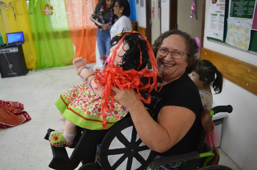 Antônia Moura com a boneca cadeirante produzida para o carnaval do Ceir — Foto: Ascom Ceir