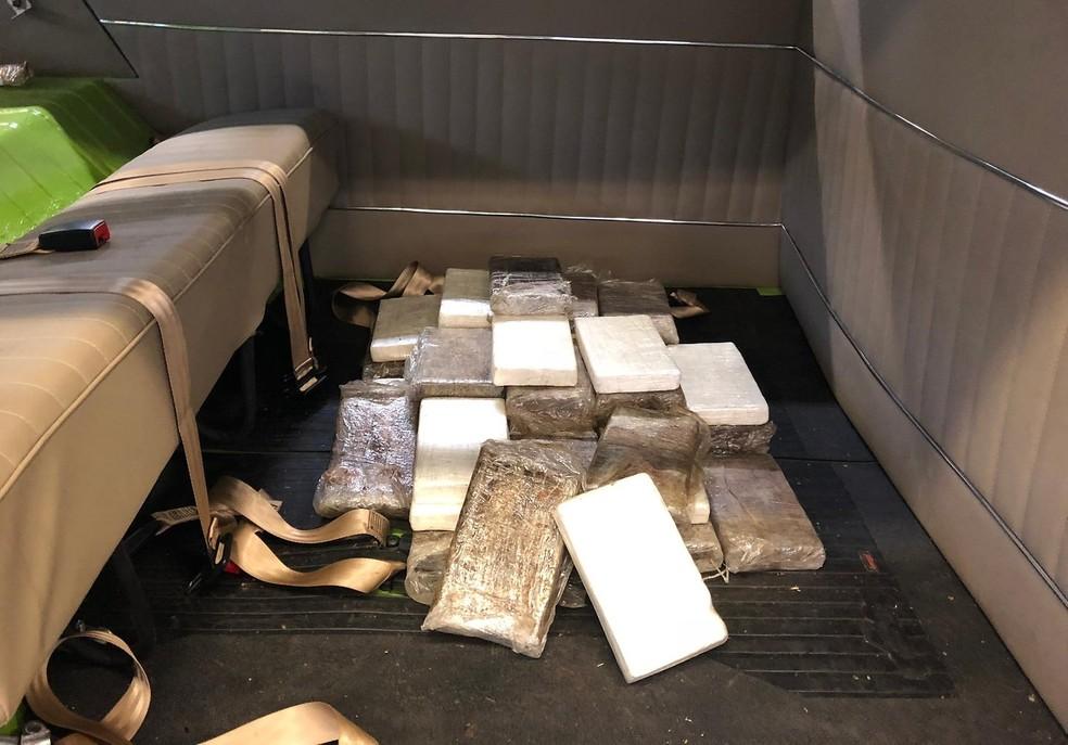 Cocaína estava escondida em fundo falso atrás de banco de Kombi — Foto: Divulgação/Alfândega de Hamburgo