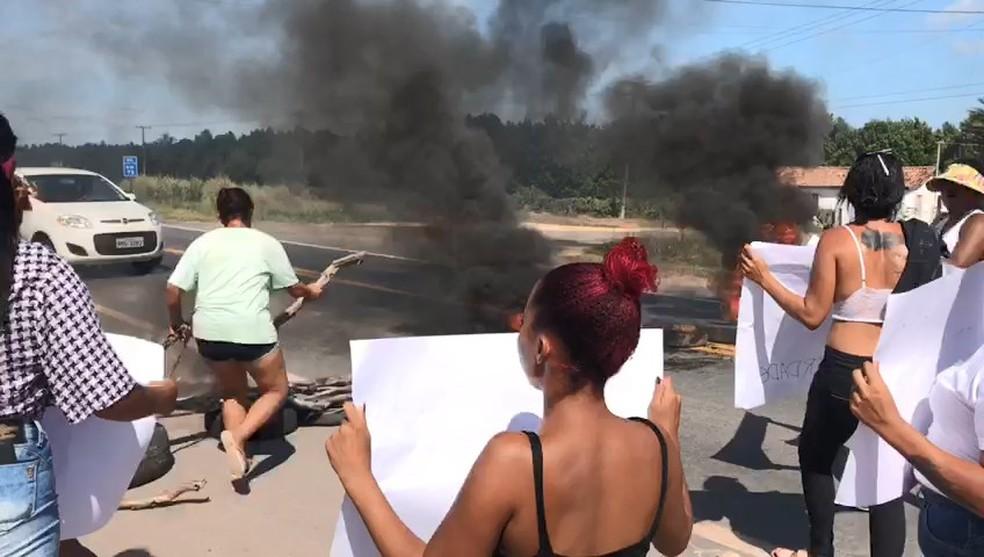 Familiares de presos fazem protesto e fecham BR-101 em São Mateus — Foto: VC no ESTV