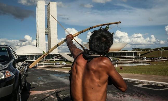 índigenas protestam em Brasília contra proposta para mudar regras de demarcação