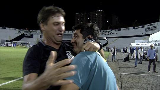 Técnico da Ponte Preta abraça repórter do SporTV na comemoração de título