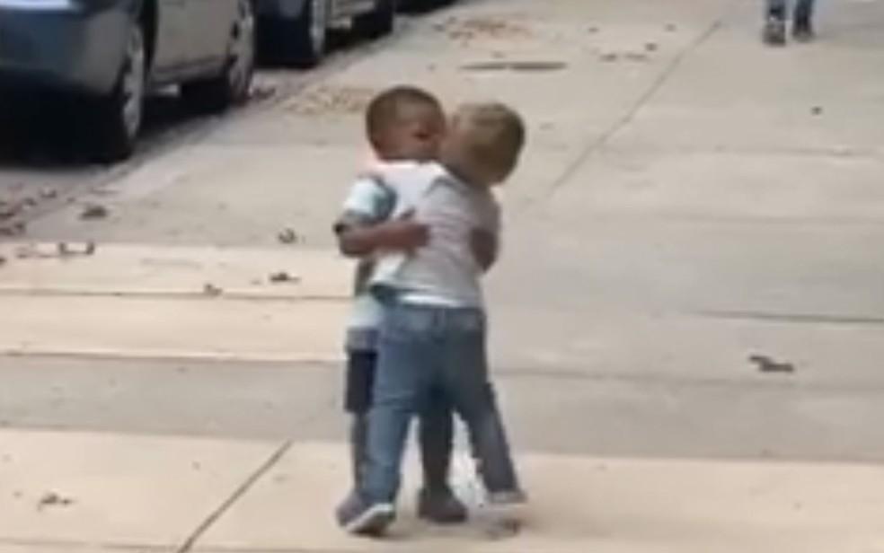 Maxwell e Finnegan se abraçam depois de se encontrarem na rua em Nova York — Foto: Reprodução / Facebook / Michael Cisneros