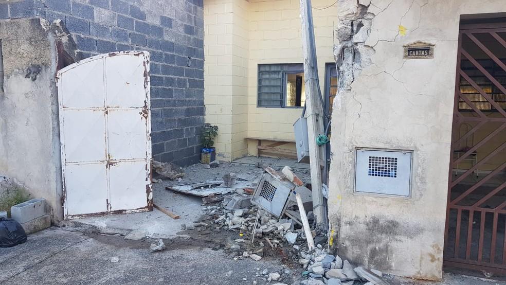 Portão da casa ficou destruído após acidente com ônibus  — Foto: Moniele Nogueira/TV TEM