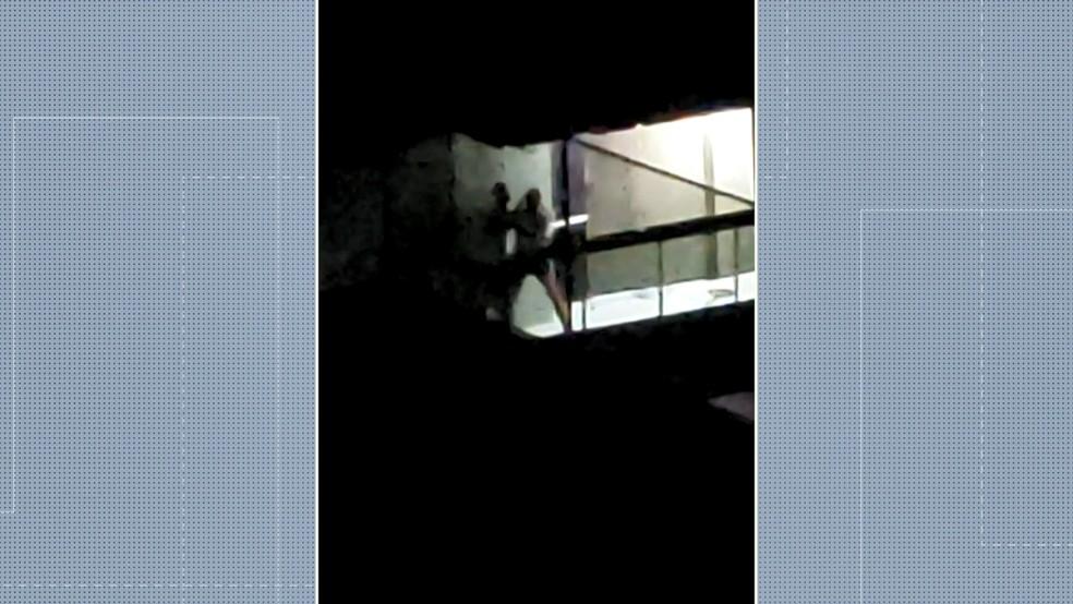 Moradores registraram o momento que os homens lutam, em Vitória  — Foto: Reprodução/ TV Gazeta