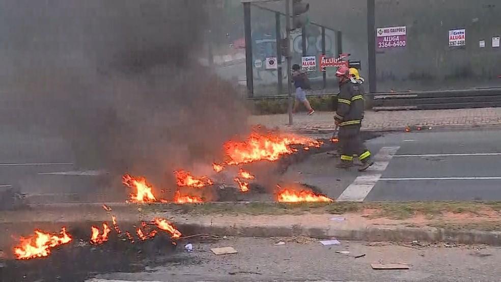 Manifestantes fecharam a Avenida Antônio Carlos, próximo à UFMG, na sexta-feira (14).  — Foto: Reprodução/TV Globo