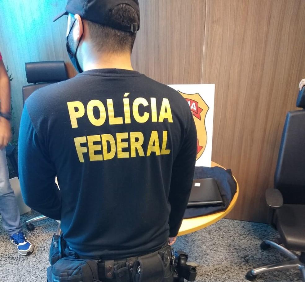 Policial Federal no CPA durante Operação Polígrafo — Foto: PF/Divulgação