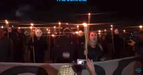 Apoiadores de Bolsonaro realizam ato em frente ao STF com tochas e máscaras